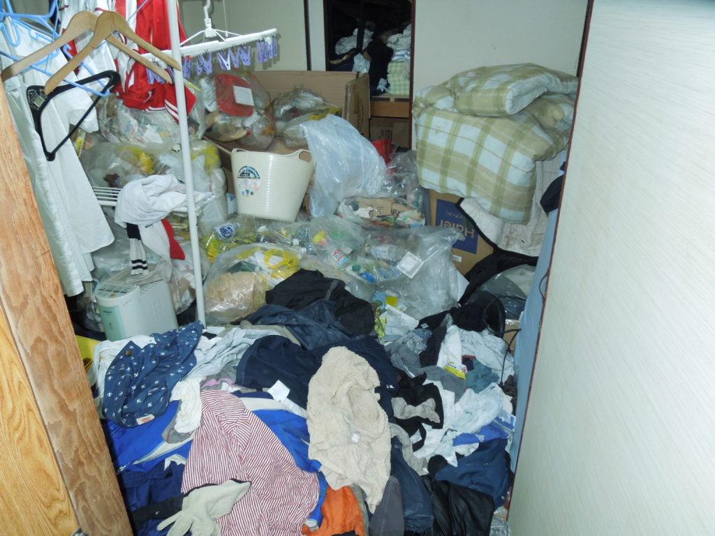 横須賀のゴミだらけの和室の写真