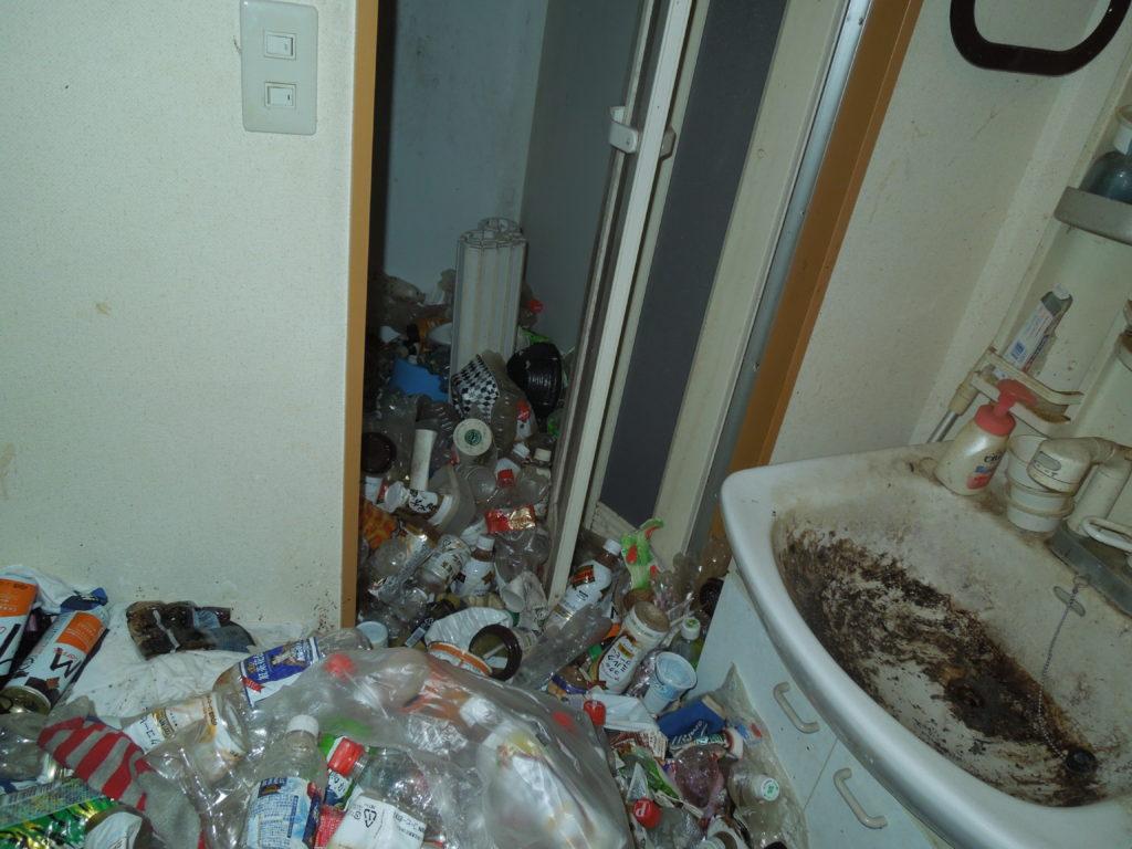 横須賀のゴミだらけの洗面所の写真