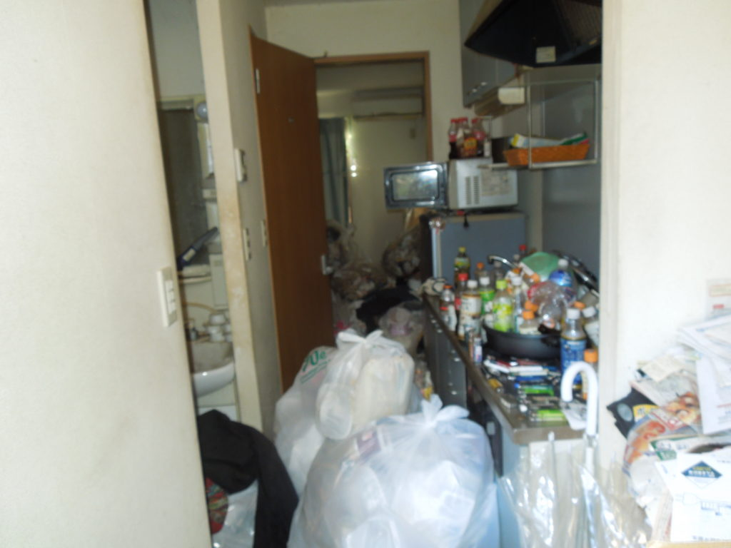 葉山市のゴミだらけの廊下の写真